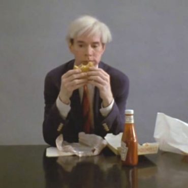 Still uit Andy Warhol eating a hamburger