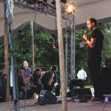 Fragmentenshow in een tent